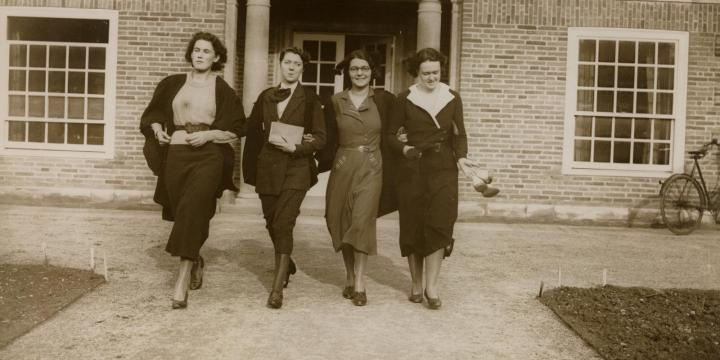 Students outside Deneke c.1933